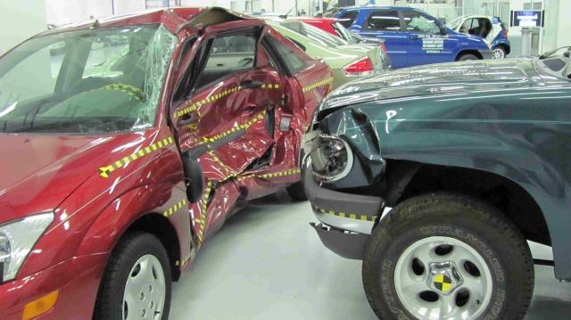 Ford_Focus_versus_Ford_Explorer_crash_test_IIHS