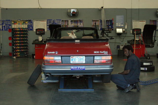 2008-04-17_1989_Saab_900_Turbo_getting_new_tyres