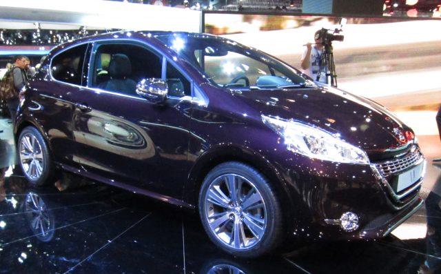 Peugeot_208_XY_(front_quarter)